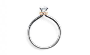 リフォーム(リスタイル)で出来上がったエンゲージリング(婚約指輪)のチャーミングな横姿。