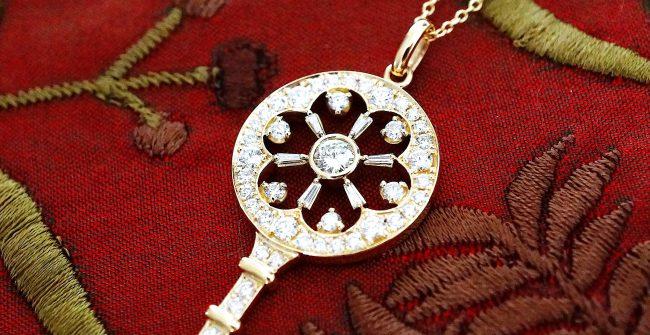 キー型ダイヤモンドペンダント