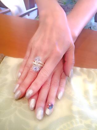 リフォーム(リ・スタイル)されたリングを指に着けられたところの写真