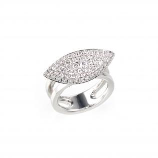 ダイヤモンドを敷き詰めた葉っぱをイメージしたリングの画像