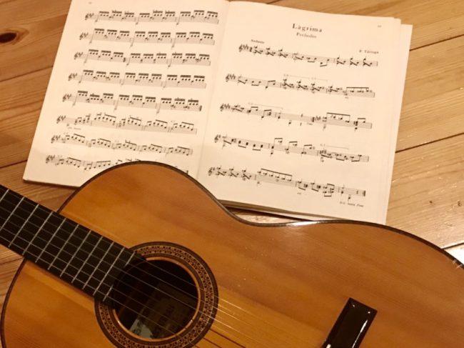 銀座のオーダージュエリーサロン、ユンヌピエールアンプリュスのデザイナー岡田訓明の嗜むクラシックギターと楽譜の写真