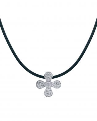 ユンヌピエールアンプリュスのオリジナルダイヤモンドクローバーペンダントがダイヤモンド素敵でゴージャスです。