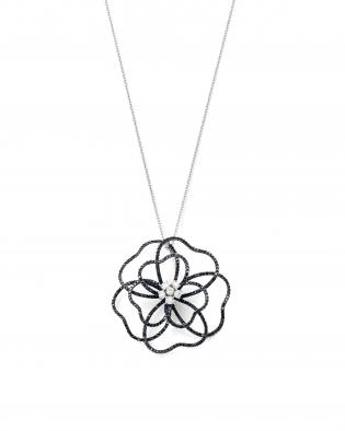 銀座ユンヌピエールアンプリュスのブラックダイヤモンドHanaペンダントがシックで美しい。