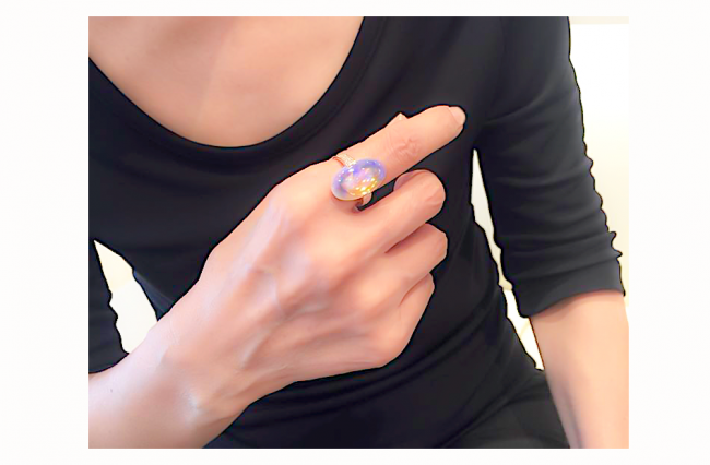 リ・スタイル(リメイク)オパールリングを人差し指にカッコ良く着けられてます