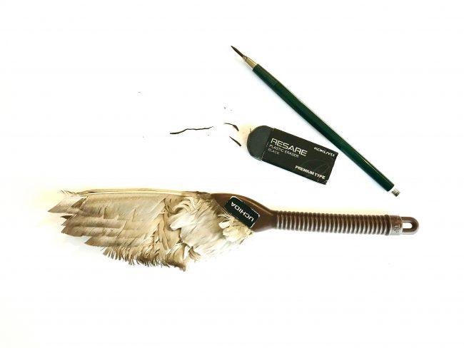 芯ホルダー、消しゴム、羽ぼうきを撮った写真