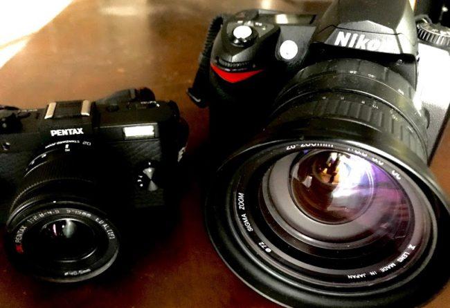 PENTAX Q-S1とNikon D70のカメラを並べて撮った写真