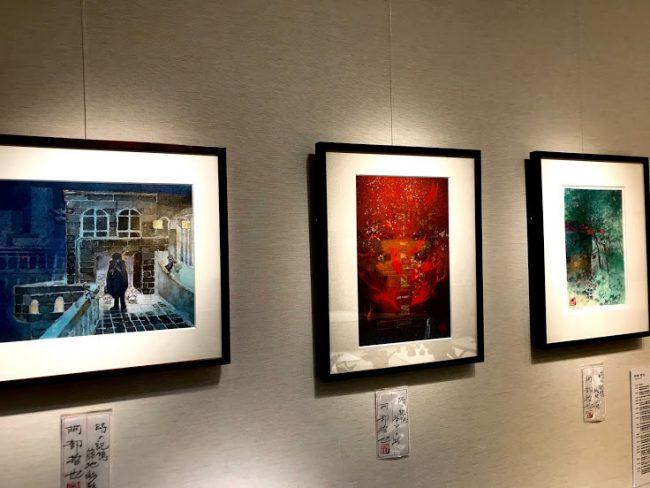 ジュエリーデザイナー岡田訓明の従兄弟、日本画家の阿部哲也の日本画が3枚掛けられた写真