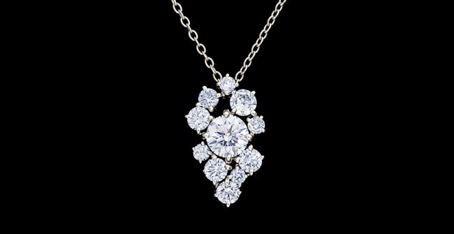 アシンメトリーなダイヤモンドペンダント