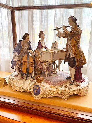 綱町三井倶楽部に置かれているマイセン陶器