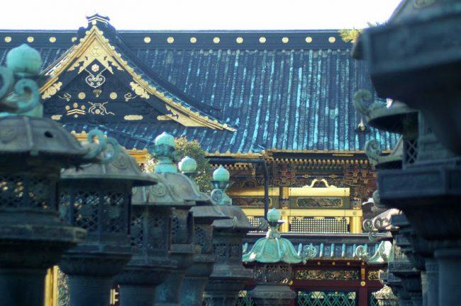 銅燈籠から見る上野東照宮の拝殿