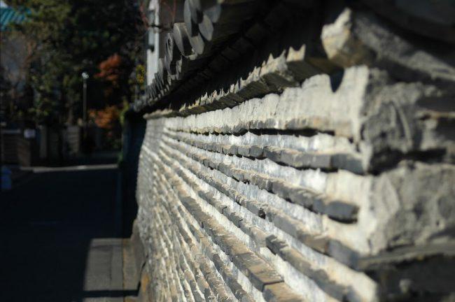 観音寺の築地塀の写真