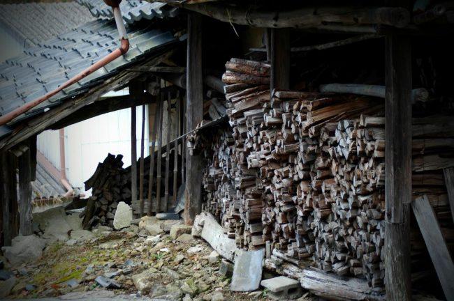 丹波立杭焼の窯元の横に積んである薪木