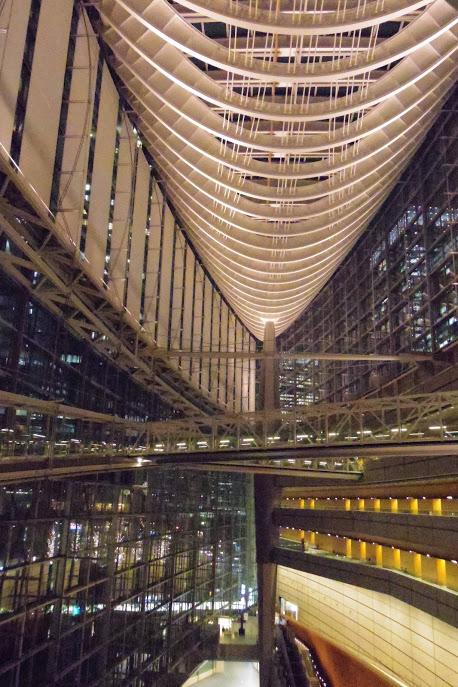 東京国際フォーラムの内部を夜に撮った写真