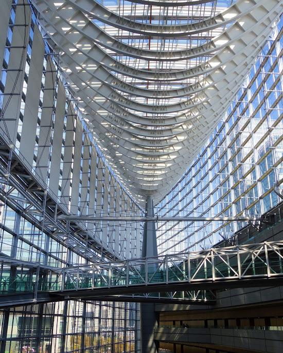 東京国際フォーラムの内部をを昼に撮った写真