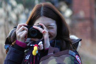 デザイナー岡田訓明の娘がカメラを構えたところの写真