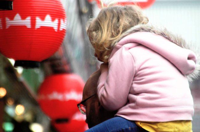 仲見世通りで外国人観光客が娘を肩車してお店を見ているところ