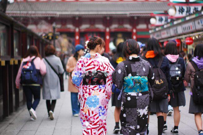 仲見世通り商店街を歩く着物姿の女性の後姿