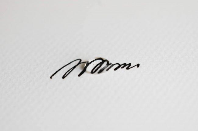 顔料インクで書いた図形に水滴を置いた写真
