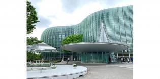国立新美術館は黒川紀章氏の設計です