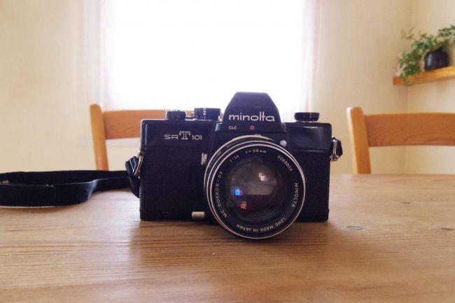 minolta SRT101をテーブルの上に置いて正面から撮った写真
