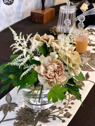 ジュエリーサロンでは季節の花でお迎えします。