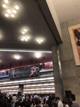 神奈川県民ホールのホワイエが熱い。