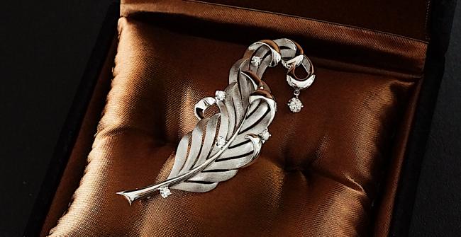 ダイヤモンドの揺れる羽根のブローチ