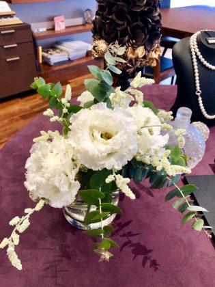 銀座ジュエリーサロンでは白い花でお出迎えしてます。