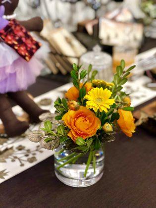 サロンには季節のお花を飾って皆様をお迎えします。