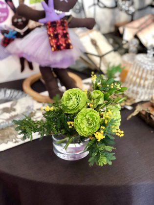 サロンを賑やかにしてくれる花々。