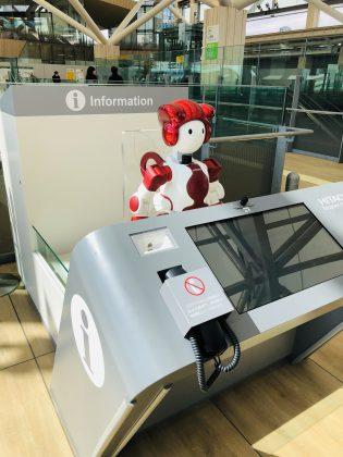 新駅で登場した案内ロボットさん。