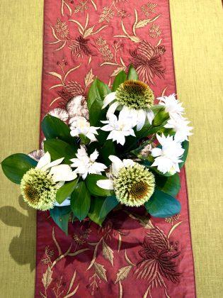 個性的な花に新種のカーネーションを添えました。