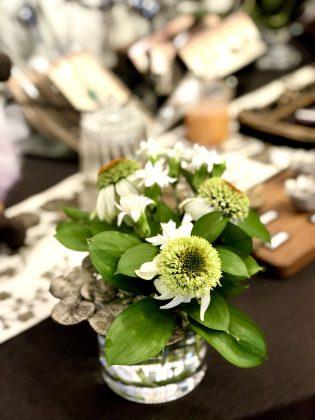 銀座ジュエリーサロンには季節の花を飾ります。
