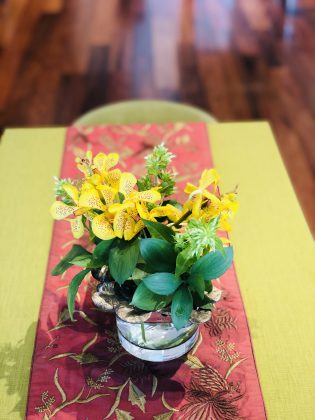 黄色い色が華やかな花。
