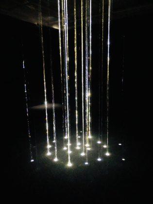 水と光と音のアート作品。