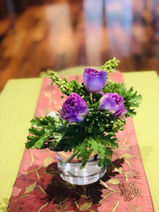 サロンの花で華やぎます。