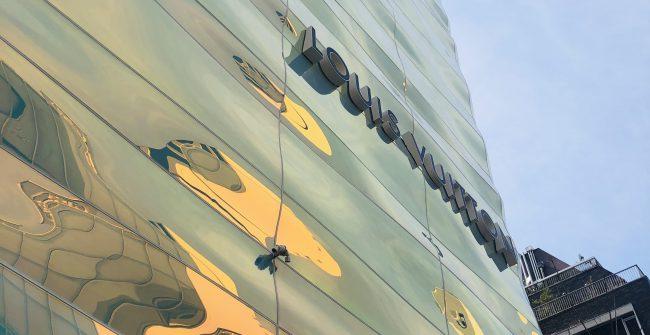 銀座7丁目、オーロラ色に輝くビル誕生。