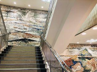 1階から3階までモザイクアートが広がっています。