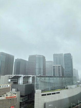 雨の有楽町駅の風景です。