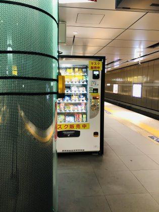 銀座駅ホームの自動販売機。